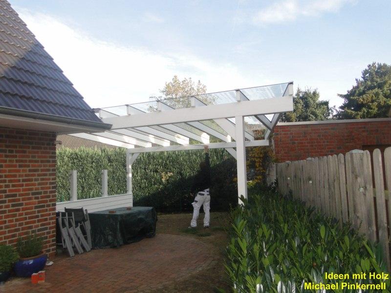 Terrassenüberdachung mit Seitenteil aus Holz und Glas